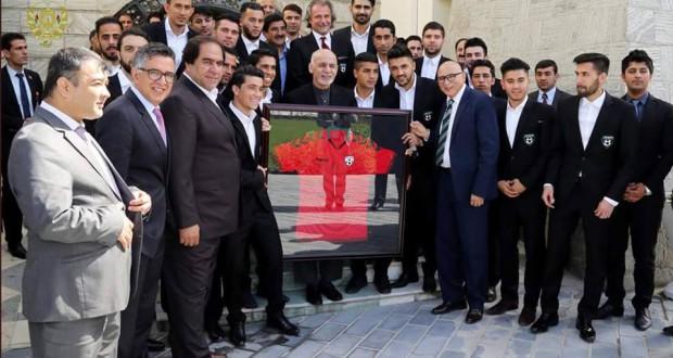 آقای غنی گفت که هر مکتب و دانشگاه افغانستان باید امکانات و سهولت های فوتبال را داشته باشد و در هر قول اردو و لوای افغانستان برای بنیادی کردن ورزش کار شود