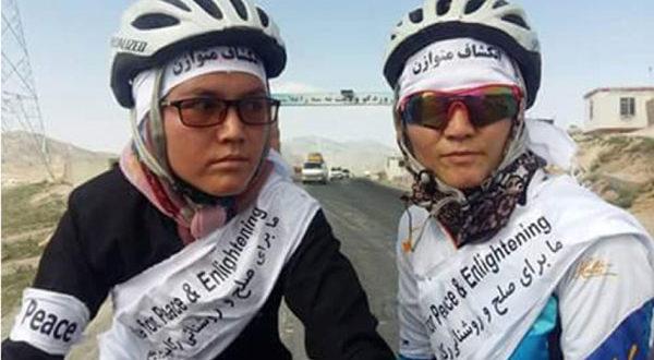 دو بانوی بایسکلسوار شاهراه بامیان ــ کابل را طی کردند